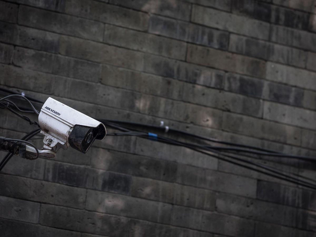 Foto: Cámara de vigilancia instalada en la fachada de un edificio.