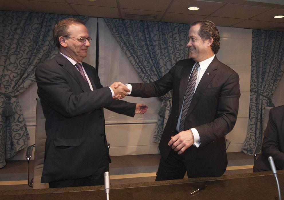 Foto: El director general del FROB, Antonio Carrascosa (i), y el presidente de Banesco, Juan Carlos Escotet, tras la firma. (EFE)