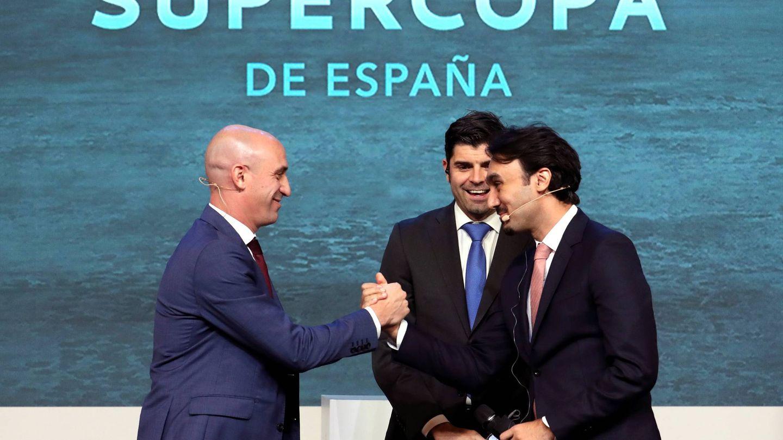 Luis Rubiales saluda al presidente de la autoridad general del deporte de Arabia Saudí en el sorteo de la Supercopa de España. (EFE)