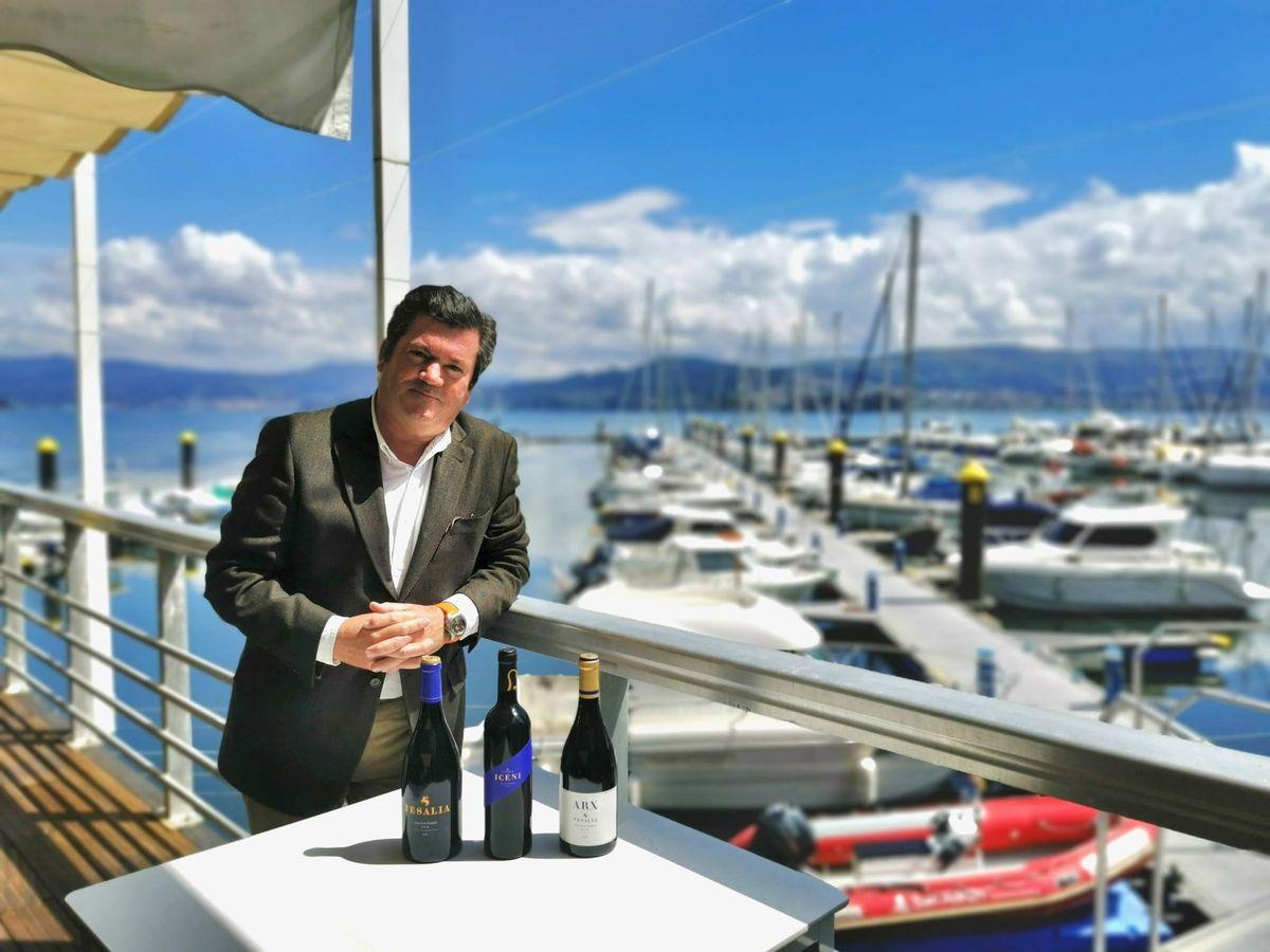 Foto: Ignacio de Miguel con los vinos de Tesalia.