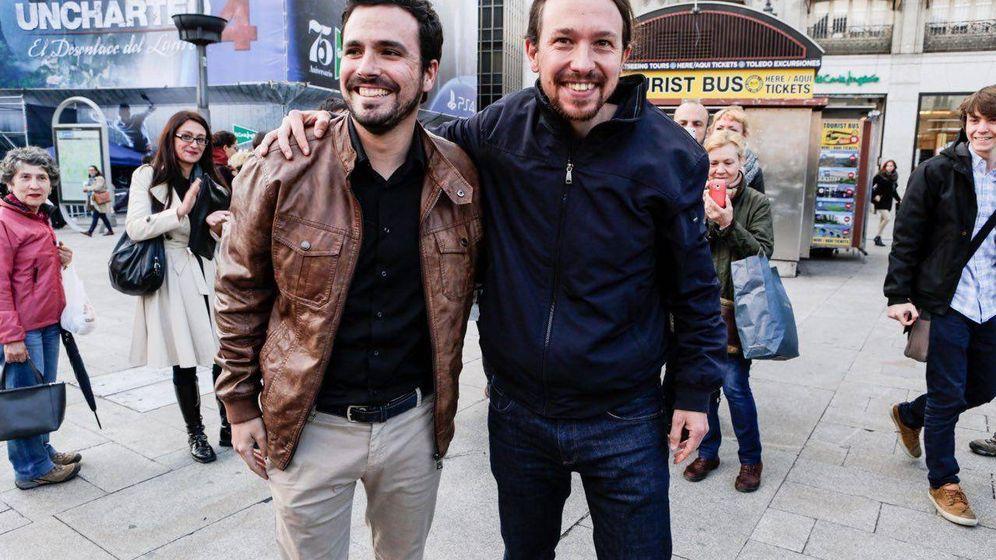 Foto: Alberto Garzón y Pablo Iglesias, en la Puerta del Sol de Madrid, este 9 de mayo, tras anunciar el preacuerdo de Podemos e IU para las elecciones del 26-J. (José Camó)
