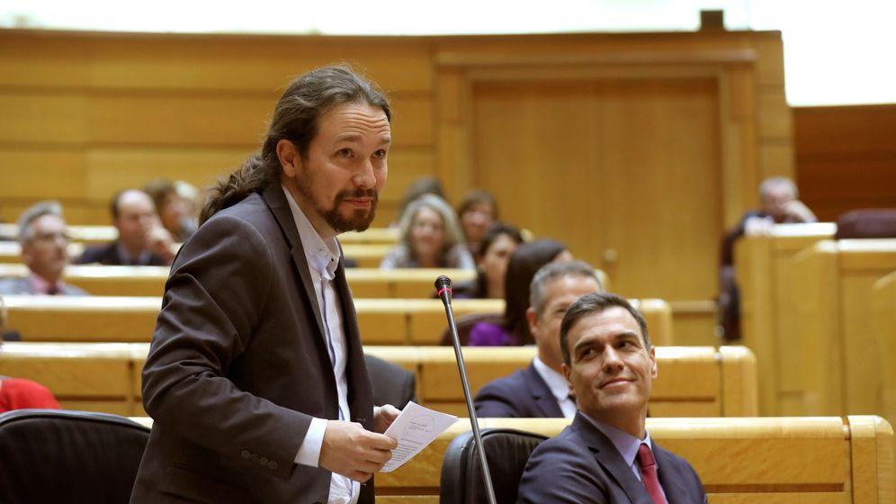 Foto: El presidente del Gobierno, Pedro Sánchez (dcha), escucha la intervención del vicepresidente segundo, Pablo Iglesias, durante el pleno del Senado. (EFE)