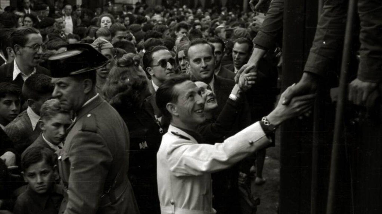 Ridruejo, en la Estación del Norte de San Sebastián, en una bienvenida a voluntarios de la División Azul.