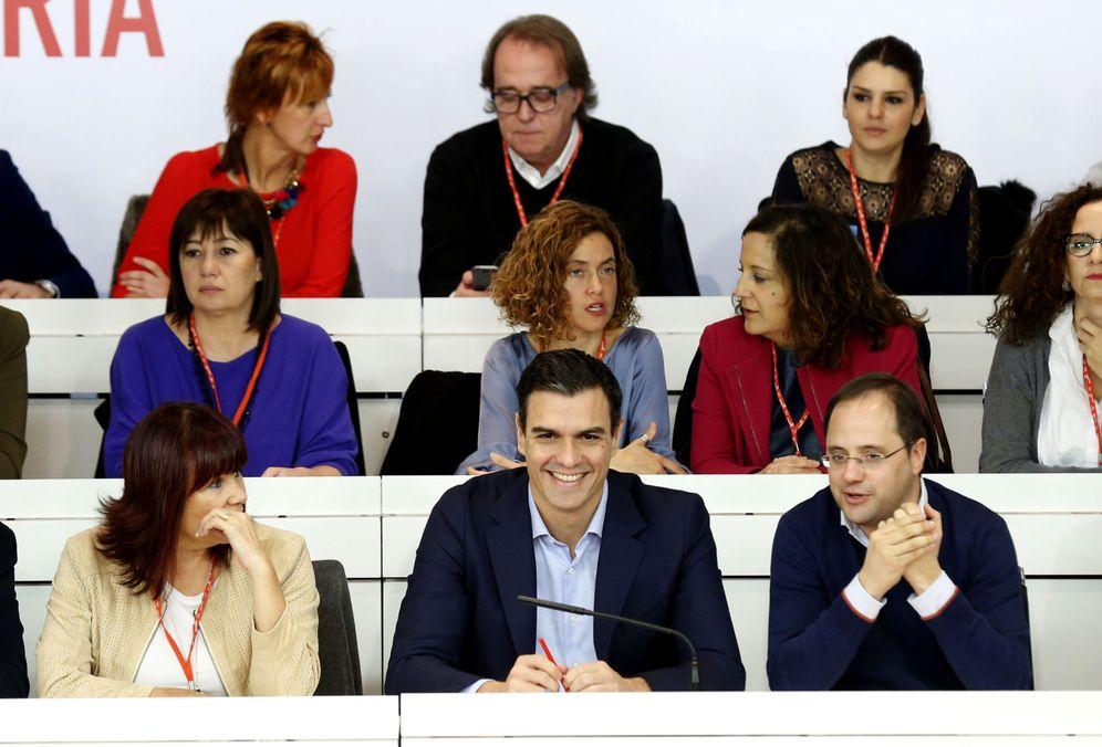 Foto: Pedro Sánchez, flanqueado por Micaela Navarro y César Luena y rodeado de su ejecutiva, el pasado 28 de diciembre durante la reunión del Comité Federal. (EFE)