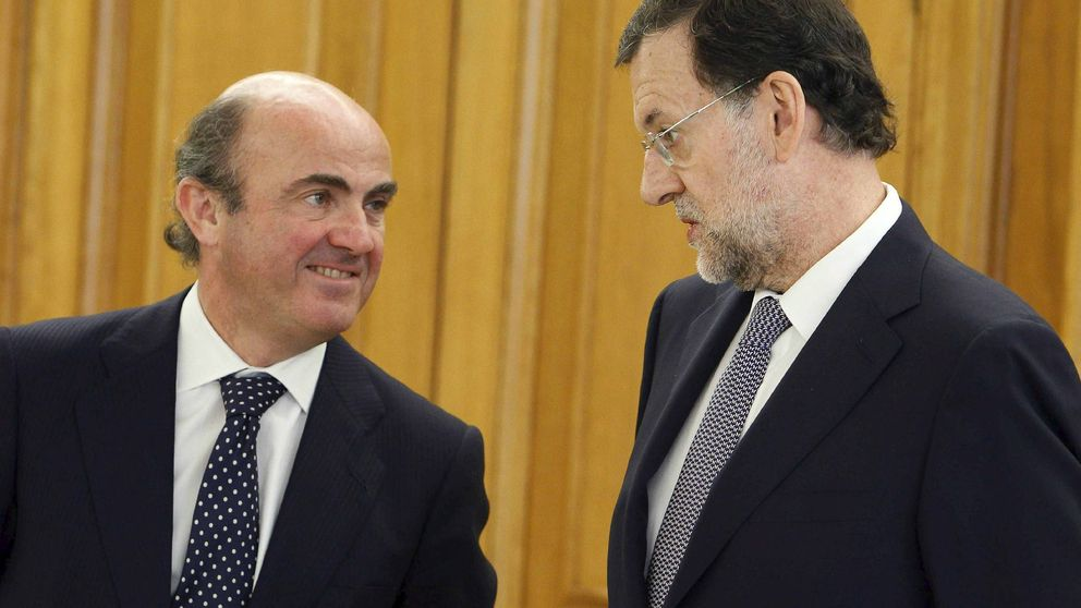 Rajoy arropa a Guindos en el lanzamiento de su libro mientras el PP pide su cabeza