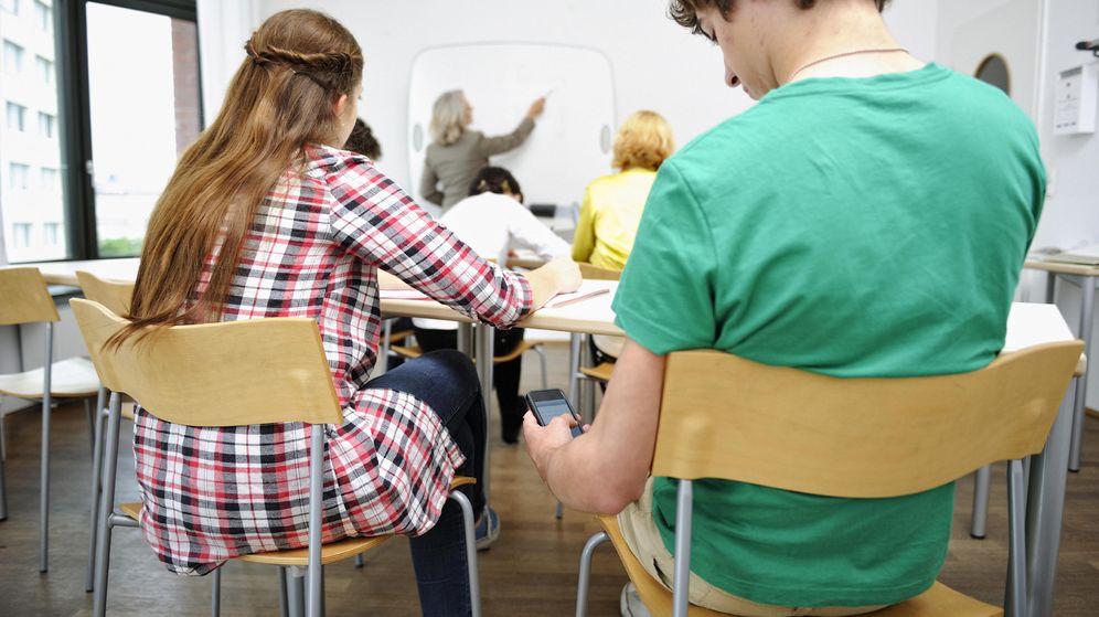Foto: ¿Está el uso de los móviles relacionado con un menor rendimiento académico? (iStock)