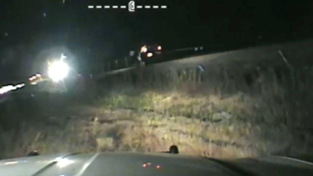 Foto: El policía consiguió sacar al hombre justo antes de que el tren les arrollara (Foto: Twitter)
