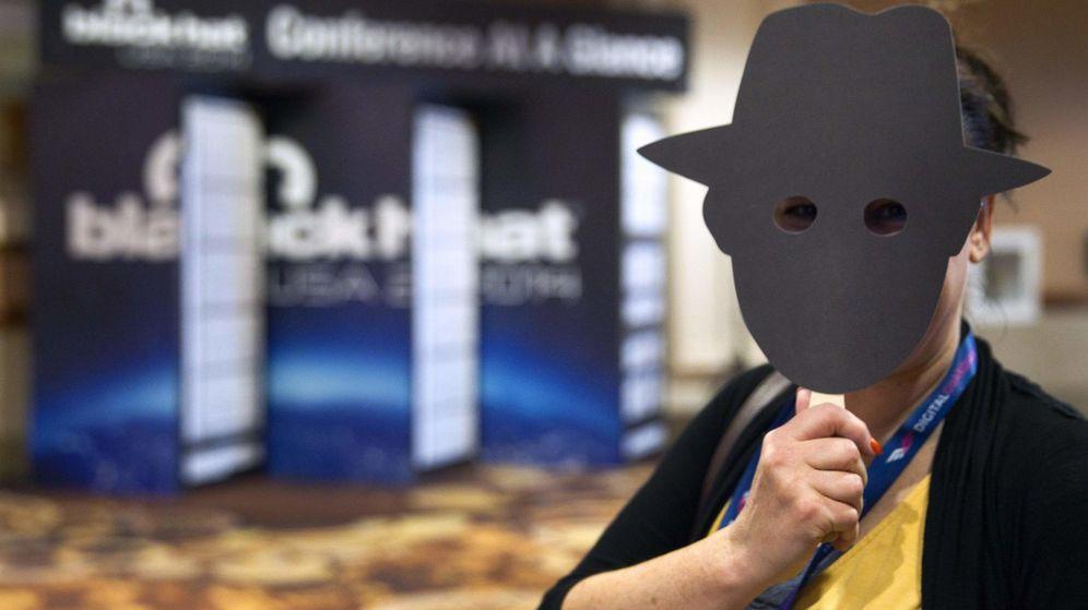 Foto: Empleado de Sophos con una máscara antoselfie (Reuters)