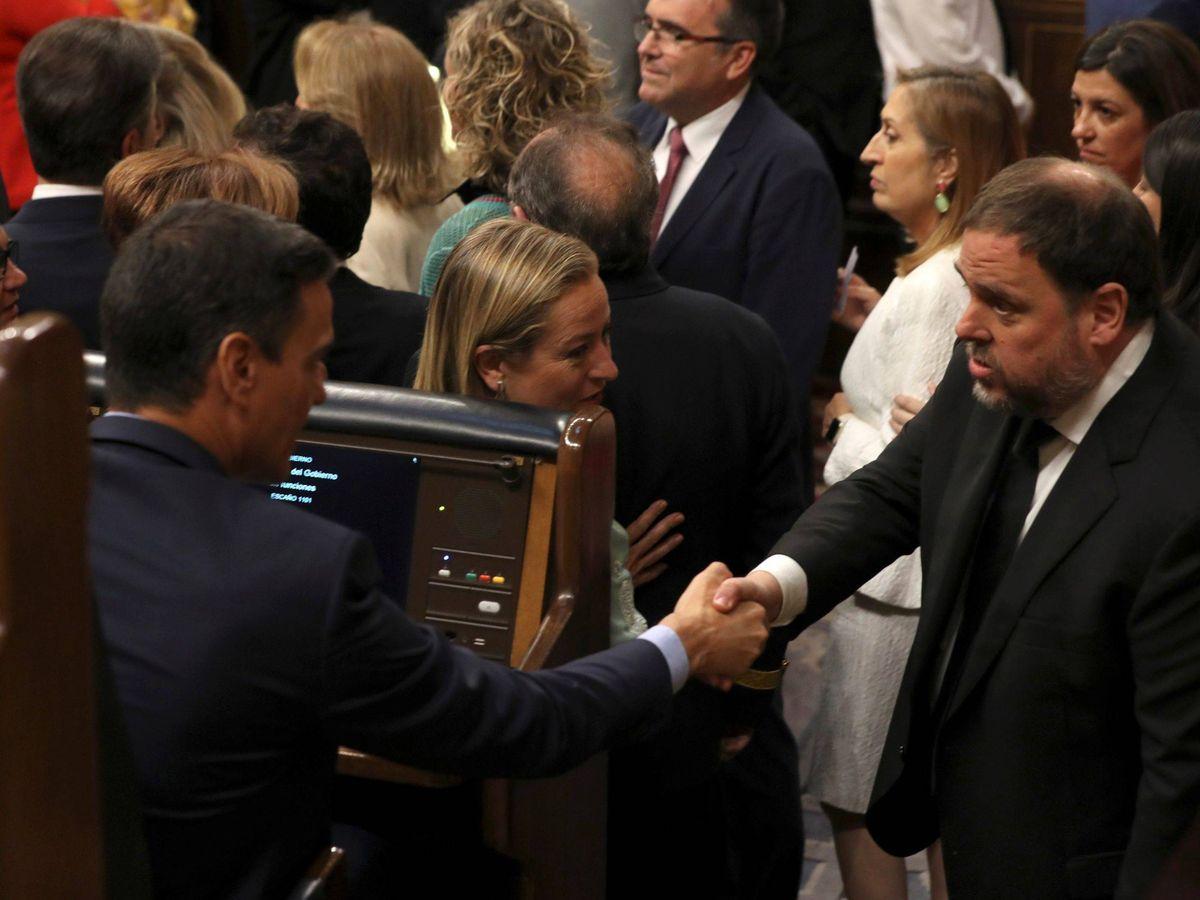 Foto: Junqueras saluda a Sánchez durante la pasada sesión constitutiva de Cortes. (EFE)