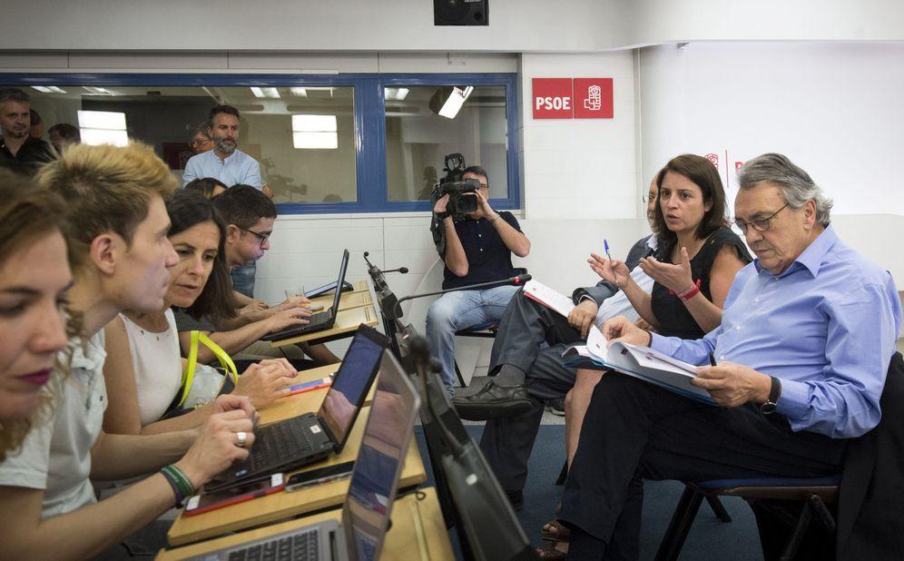 Foto: Adriana Lastra, con Manu Escudero y José Félix Tezanos, explicando este 25 de mayo en Ferraz las enmiendas al 39º Congreso Federal. (EFE)