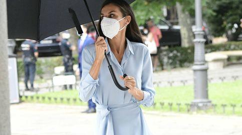 La reina Letizia luce en el Prado el vestido camisero perfecto para el entretiempo