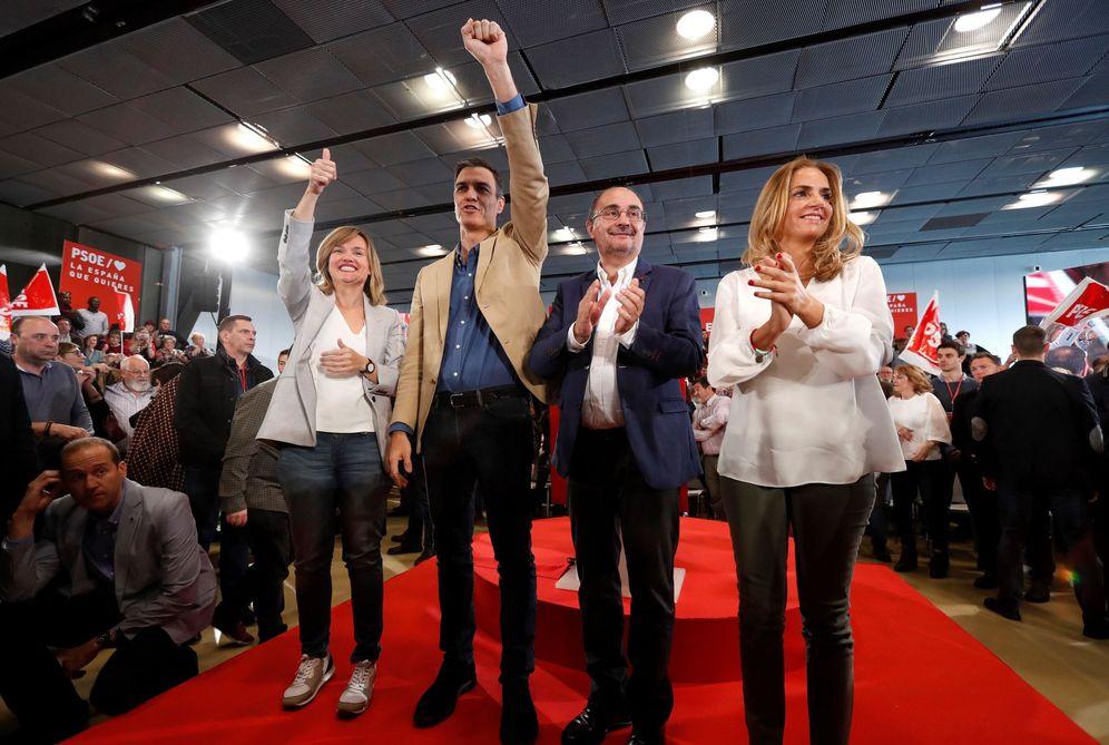 Foto: Pedro Sánchez, con Pilar Alegría (i), Javier Lambán (2d) y Susana Sumelzo (d), este 7 de abril en Zaragoza. (EFE)