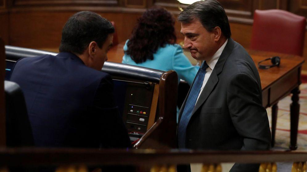 Foto: Aitor Esteban (d) y Pedro Sánchez en el Congreso de los Diputados. (EFE)