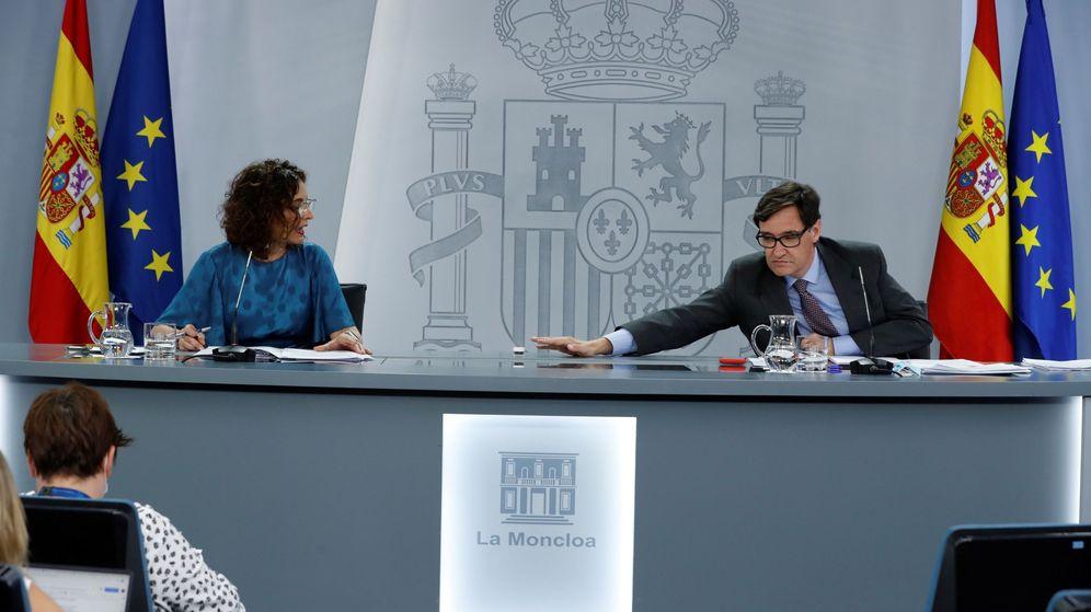 Foto: Salvador Illa (d) y la ministra de Hacienda y portavoz del Gobierno, María Jesús Montero (i), durante la rueda de prensa tras el Consejo de Ministros. (EFE)