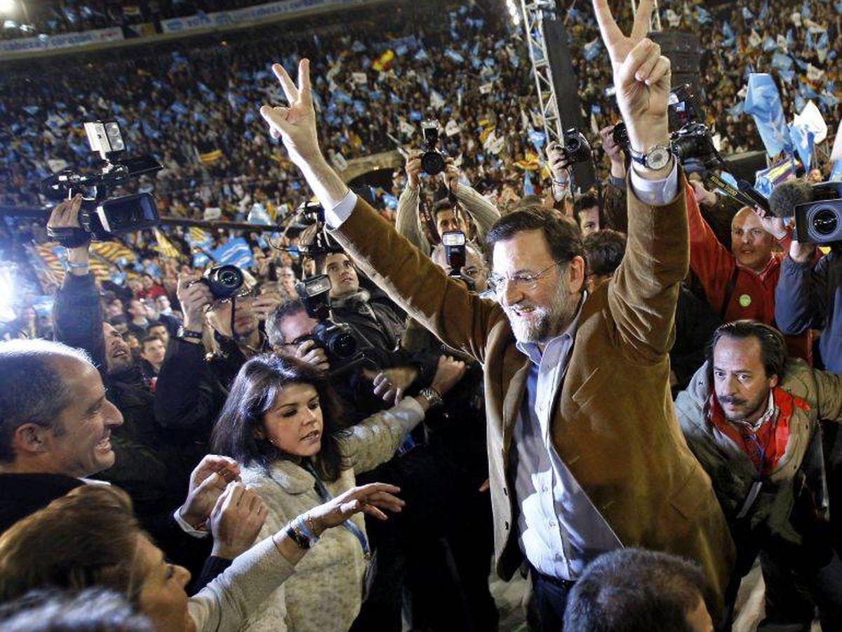 Foto: Rajoy, en el centro en un mitin en la plaza de toros de Valencia en 2008. Detrás, Álvaro Pérez. A la izquierda, Camps. (EFE)