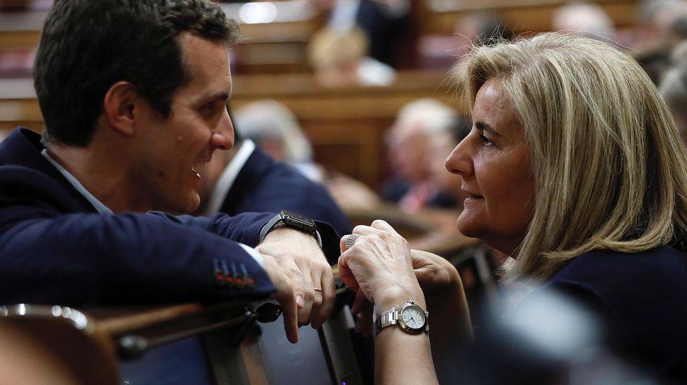 Foto: El presidente del PP, Pablo Casado, conversa con la exministra de Empleo Fátima Báñez en el Congreso. (EFE)