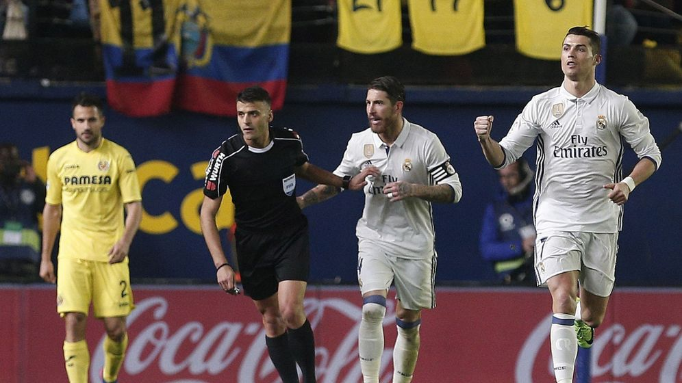Foto: El delantero portugués del Real Madrid Cristiano Ronaldo (d) celebra su gol.