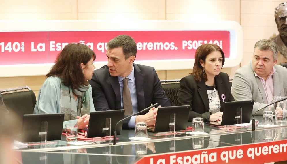 Foto: Pedro Sánchez charla con Cristina Narbona, ante Adriana Lastra y Santos Cerdán, este 24 de febrero en Ferraz, en la reunión de la comisión permanente del PSOE. (Inma Mesa | PSOE)