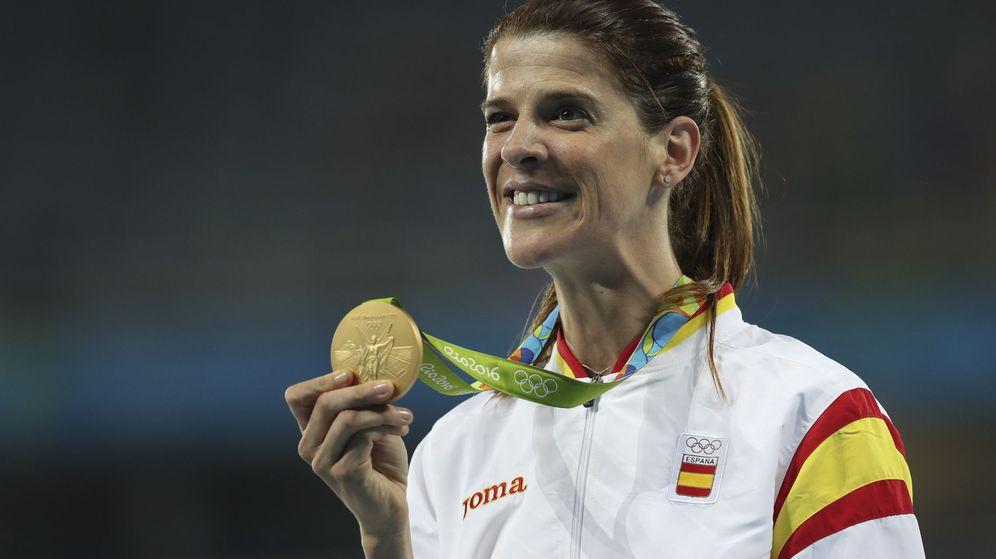 Foto: Ruth Beitia muestra su medalla de oro.