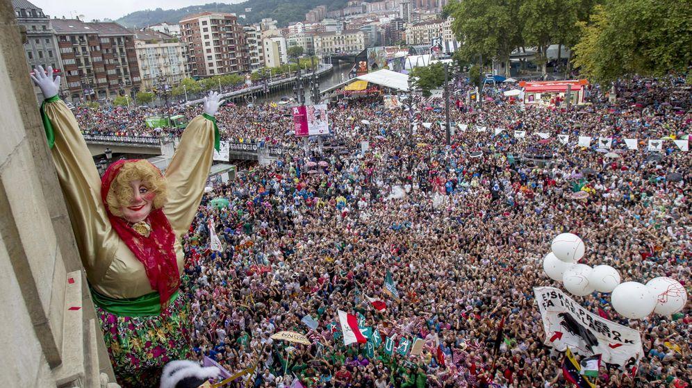 Foto: Miles de jóvenes celebran el inicio de las fiestas de Bilbao. (EFE)
