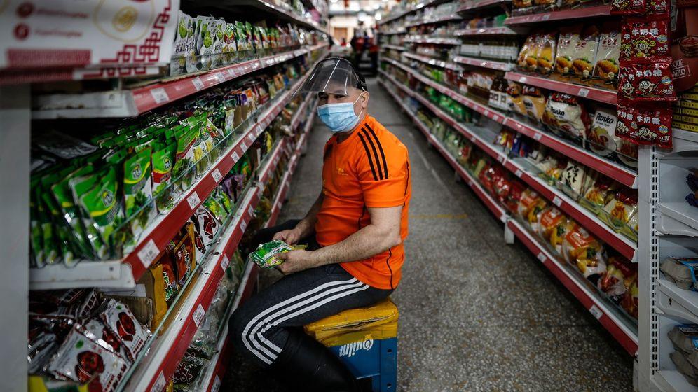 Foto: Un trabajador de un supermercado. (EFE)