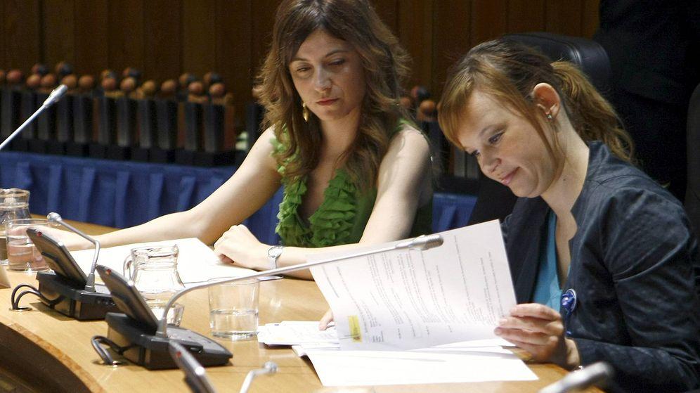 Foto: La exministra de Sanidad, Política Social e Igualdad Leire Pajín (d), junto a la exsecretaria de Estado para la Igualdad Bibiana Aído. (EFE)
