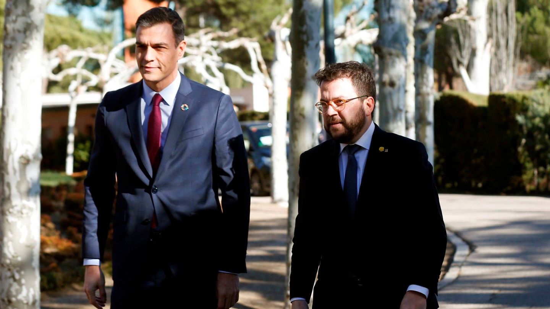 Pedro Sánchez y Pere Aragonès, llegando a la primera reunión de la mesa de diálogo. (EFE)