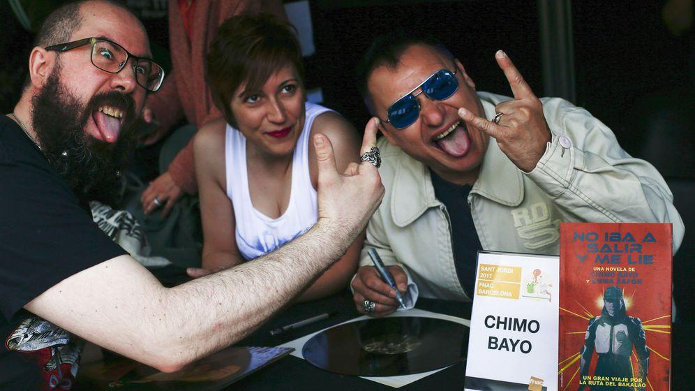 Foto: Chimo Bayo, firmando libros en Barcelona en el pasado Sant Jordi. (EFE)