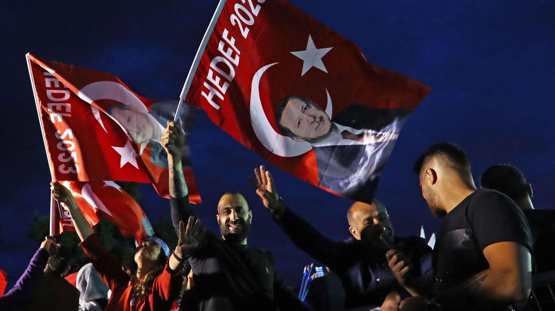 Votantes de Erdogan celebran el resultado de las elecciones en Estambul. (EFE)