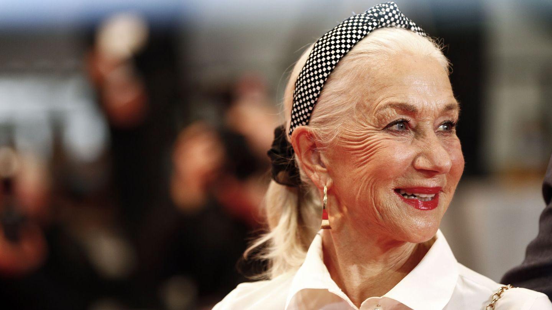 Hellen Mirren, con un recogido trendy de coletero y diadema nudo, llegando al Festival de Cine de Cannes. (Reuters)