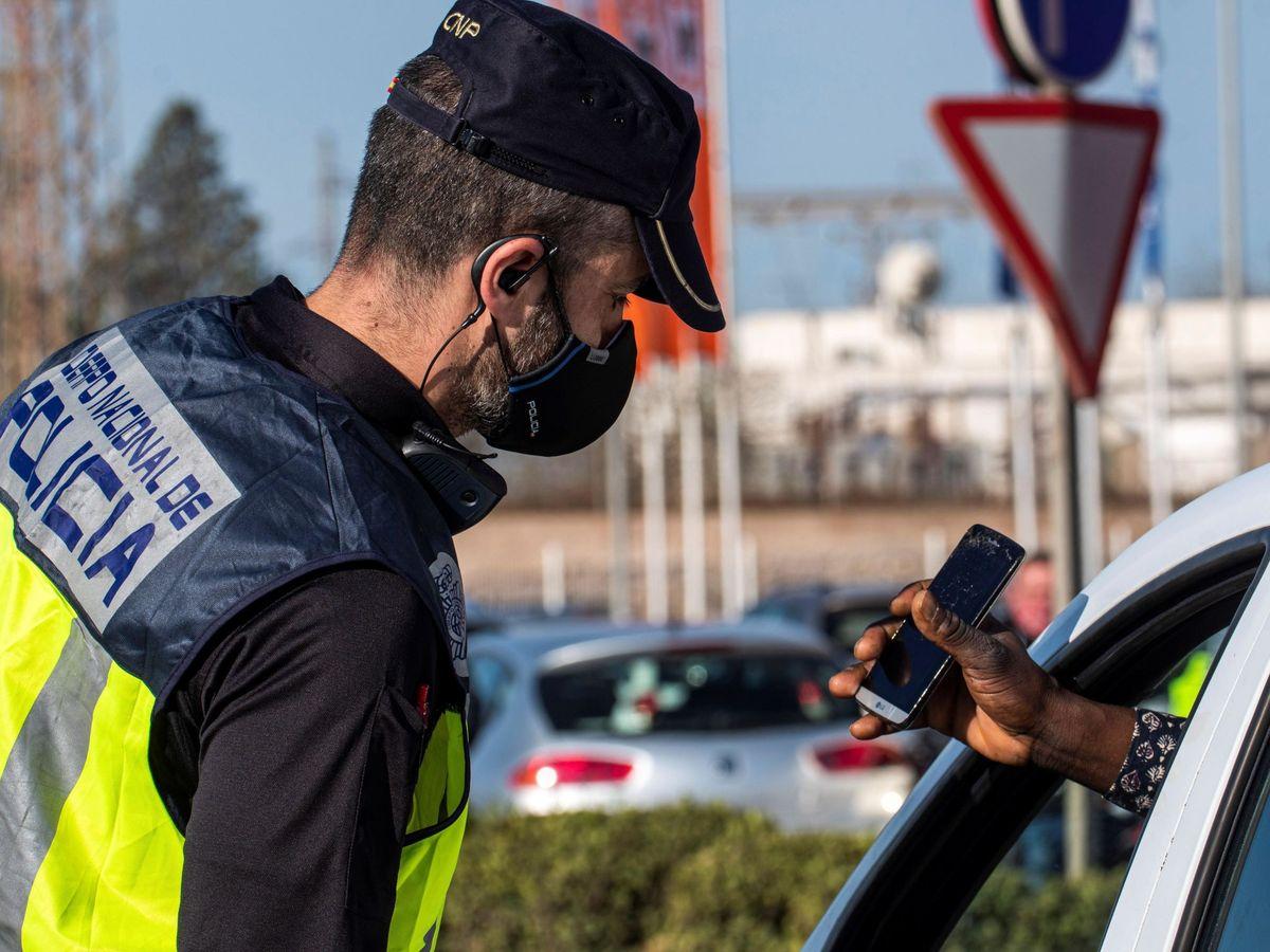 Foto: Controles policiales a la entrada y salida de Manacor. (EFE)