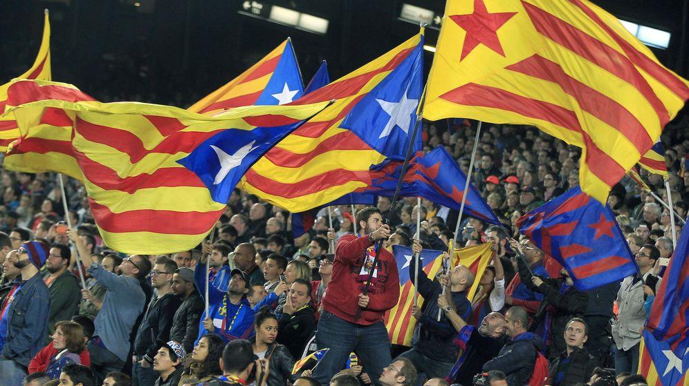 Foto: Aficionados del Barcelona, mostrando 'esteladas' durante el partido ante el Eibar (Efe).
