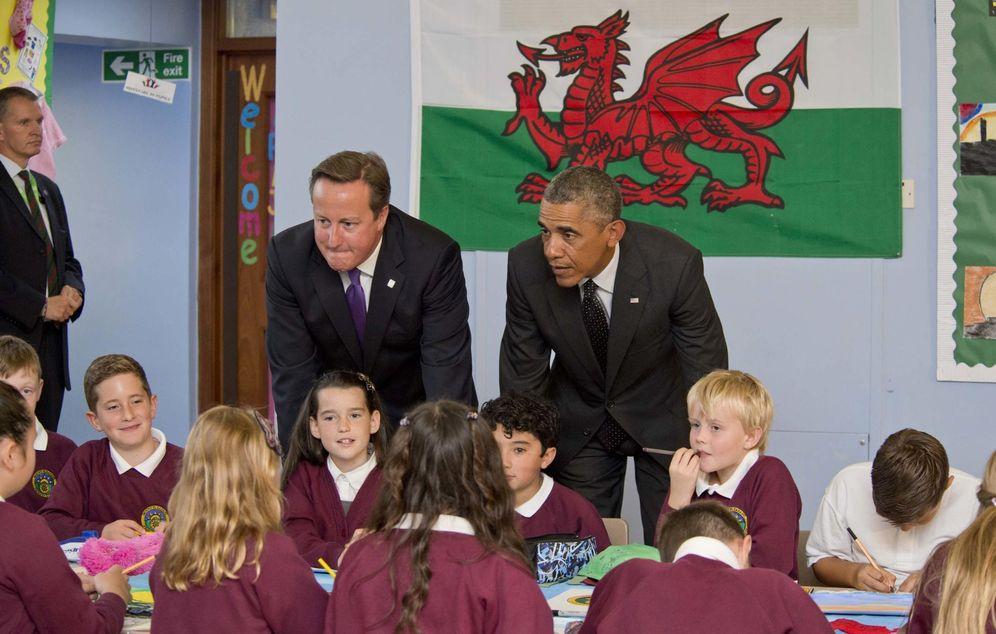 Foto: El primer ministro británico, David Cameron, y el presidente estadounidense, Barack Obama, visitan una escuela en Gales. (GTres)