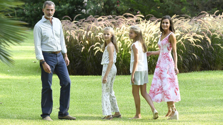 Los reyes y sus hijas durante su posado en Marivent. (Limited Pictures)