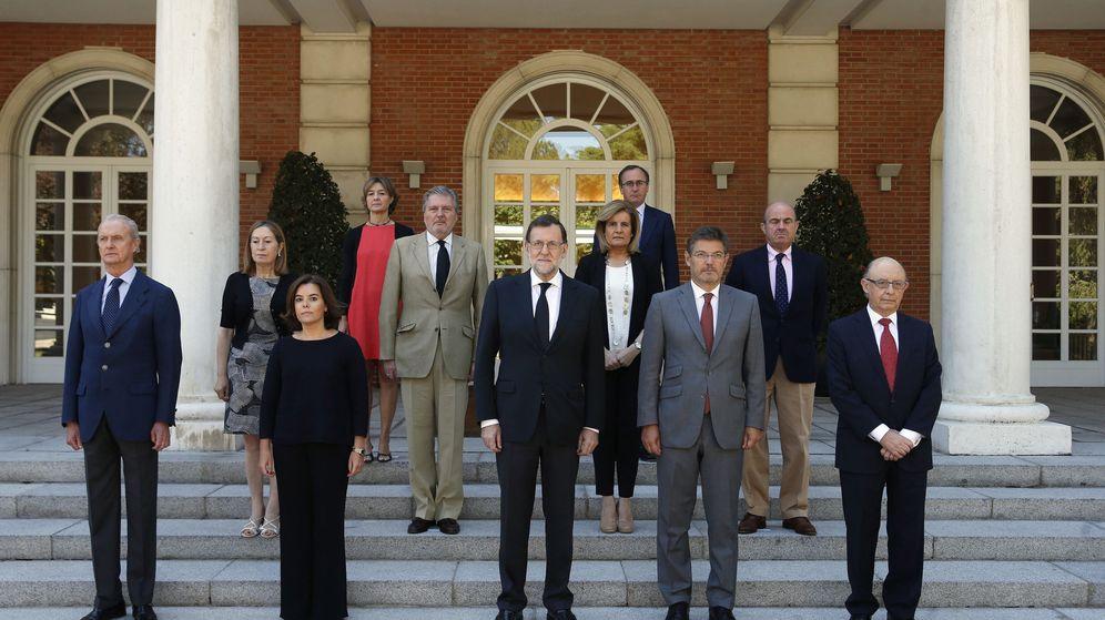 Foto: Una de las últimas fotos de familia de Mariano Rajoy y sus ministros, con las únicas ausencias de José Manuel García-Margallo y Jorge Fernández Díaz. (EFE)