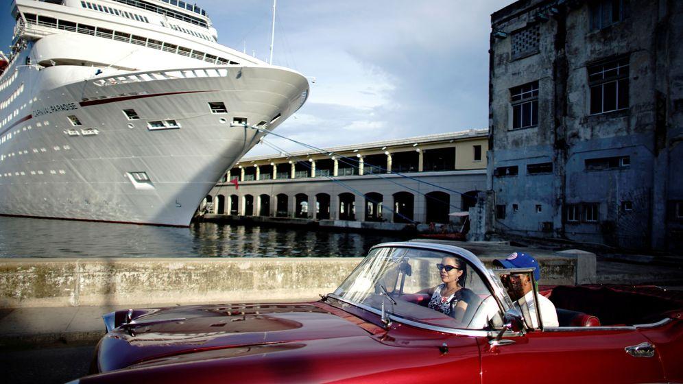 Foto: Dos turistas conducen un coche frente al puerto de La Habana, capital de Cuba. (Reuters)