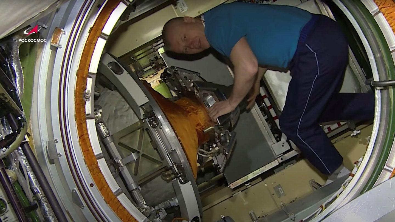 El cosmonauta Oleg Novitskiy dentro del modulo Nauka