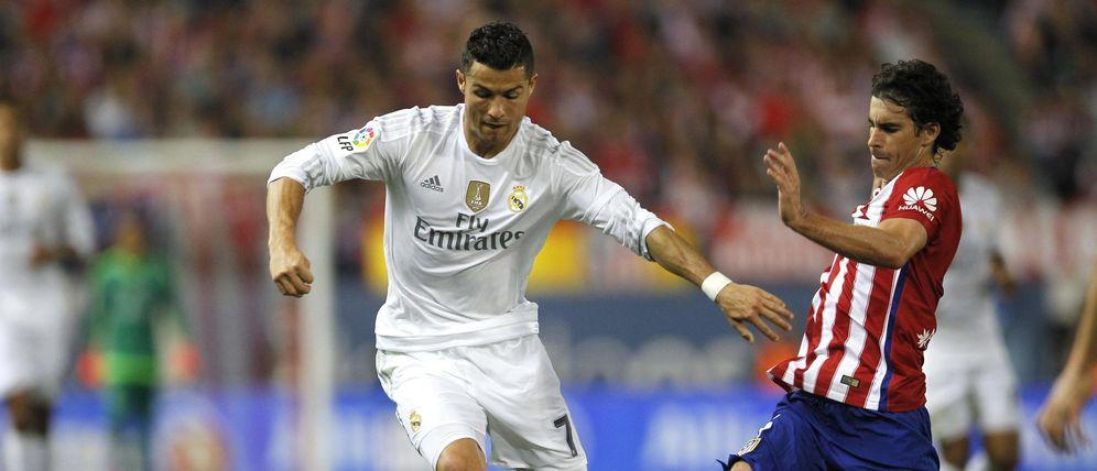 Foto: Cristiano Ronaldo junto a Tiago durante el último derbi disputado en el Vicente Calderón (EFE)
