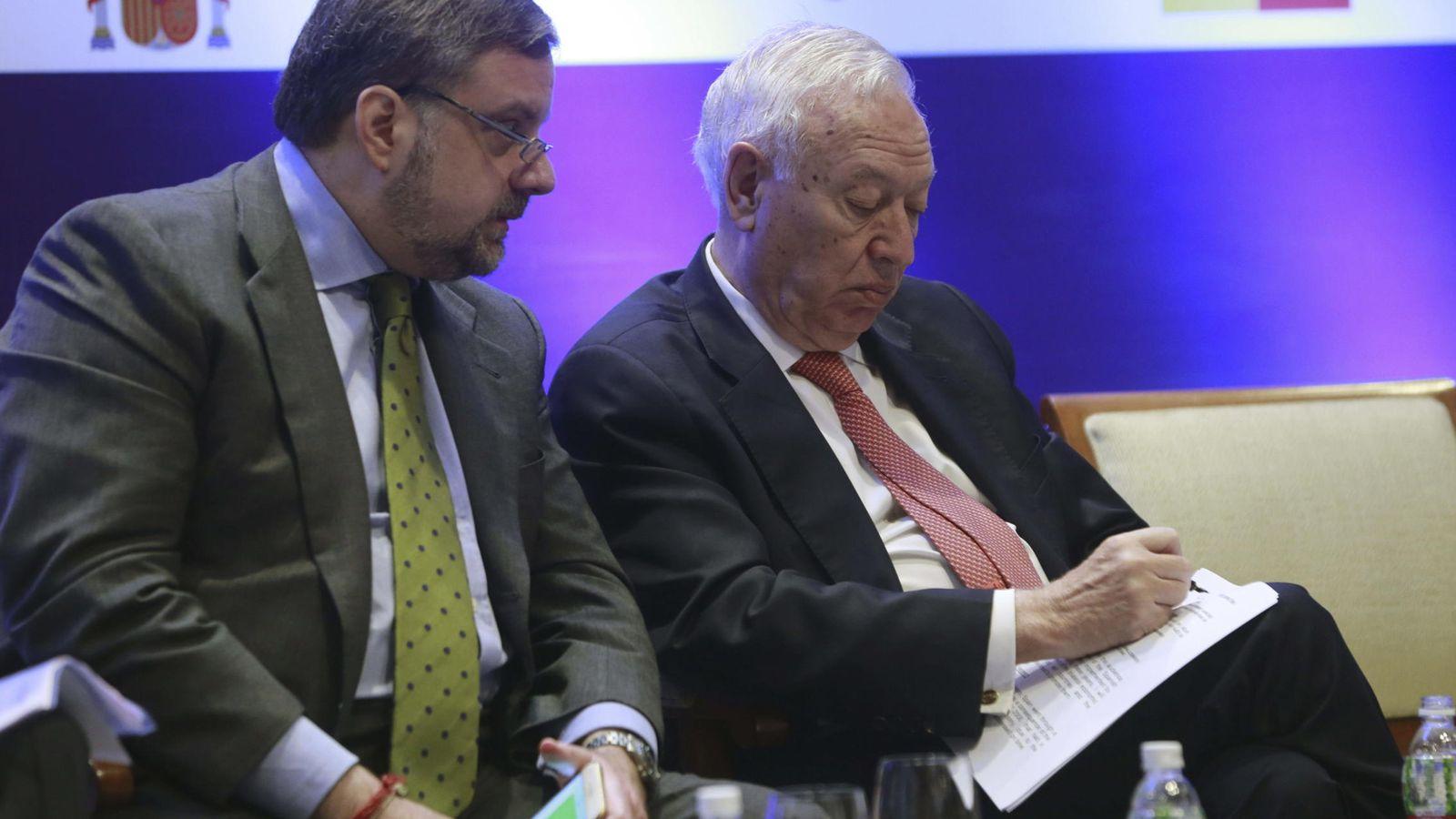 Foto: Gustavo de Arístegui, exembajador en la India, junto al ministro José Manuel García Margallo. (EFE)