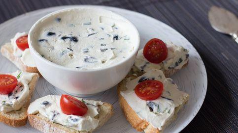 Mascarpone con cebollino y aceitunas negras: un untable rápido para canapés