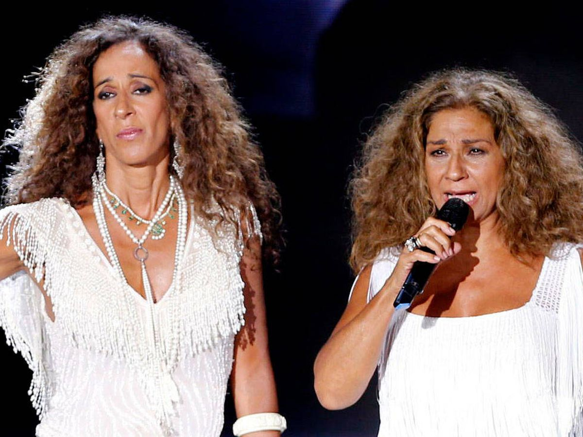 Foto: Rosario Flores y Lolita, cantando juntas. (Getty)