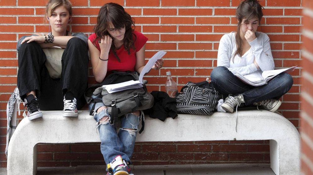 Foto: Varios estudiantes realizan un último repaso antes de iniciar la primera jornada de las pruebas de acceso a la universidad. (EFE)