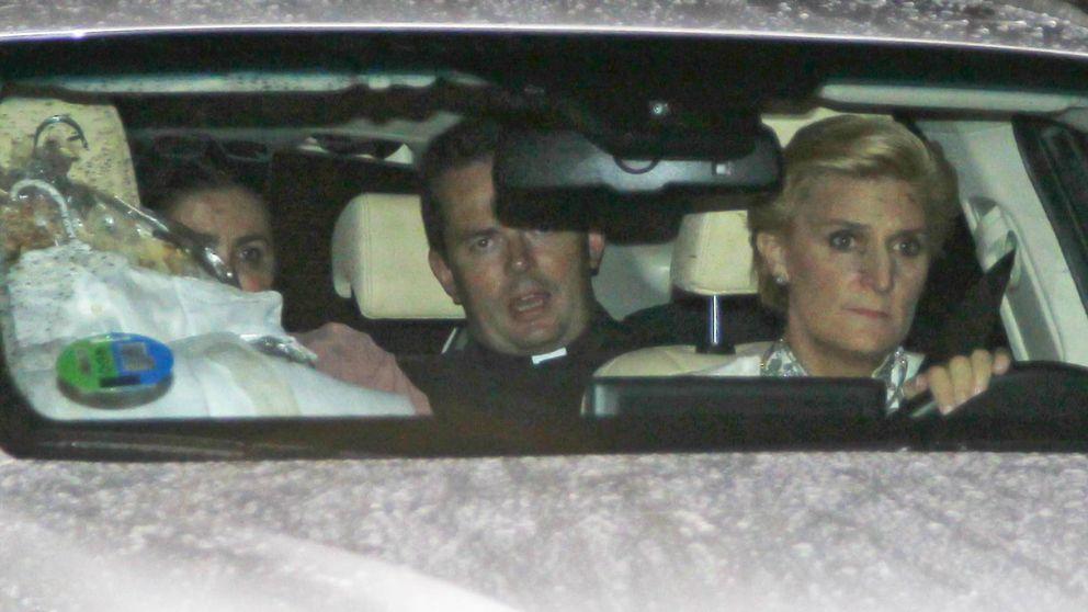 Don Juan Carlos y la infanta Elena arropan a María Zurita durante el bautizo de su hijo