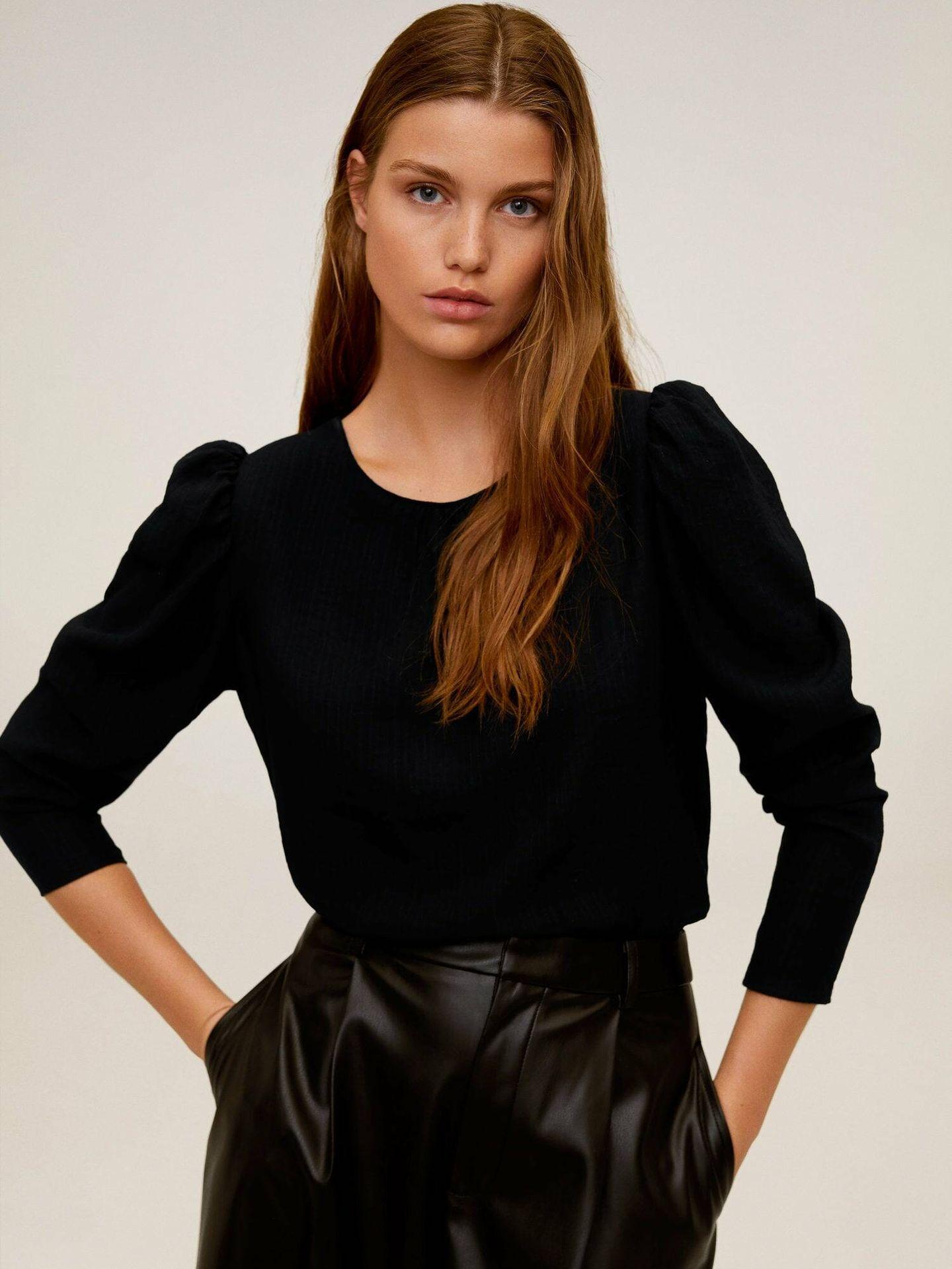Blusa negra con mangas abullonadas de Mango Outlet. (Cortesía)