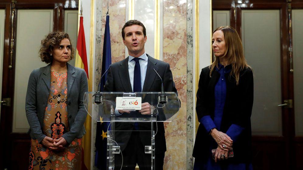 Foto: El presidente del PP, Pablo Casado, acompañado por la vicesecretaria de Comunicación del PP, Marta González(d), y la portavoz del grupo popular en el Congreso, Dolors Montserrat. (EFE)