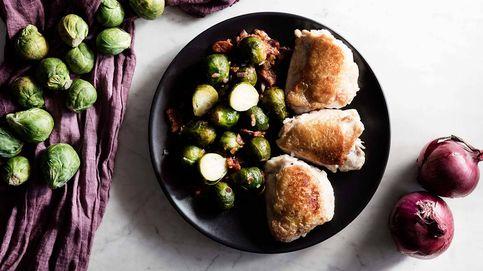 Contramuslos de pollo con chorizo y coles: dos cocciones y un resultado jugoso