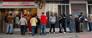 Regalan participaciones de lotería de Navidad a parados en una oficina de empleo de Málaga
