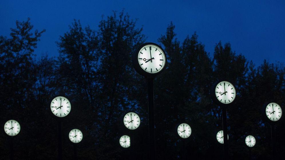Foto: Varios relojes con las horas de las principales ciudades del mundo en Düsseldorf, Alemania.