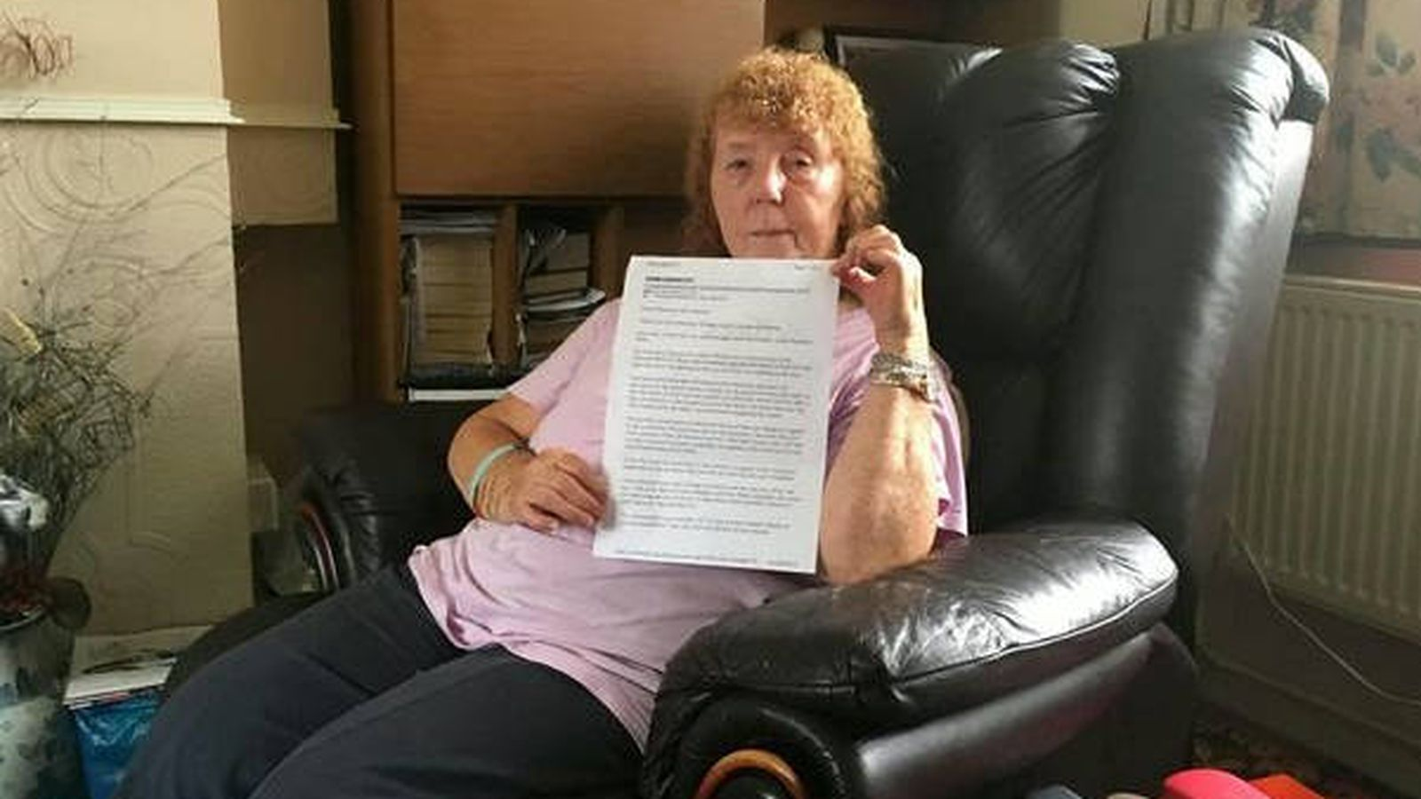 Foto: Freda Jackson enseña la queja que presentó a la agencia de viajes (Foto: Lancashire Telegraph)