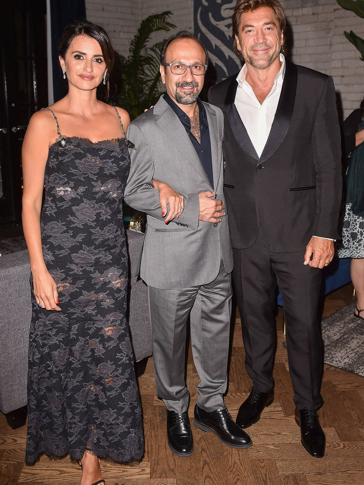 De fiesta, con su marido y el director de la película. (Getty)